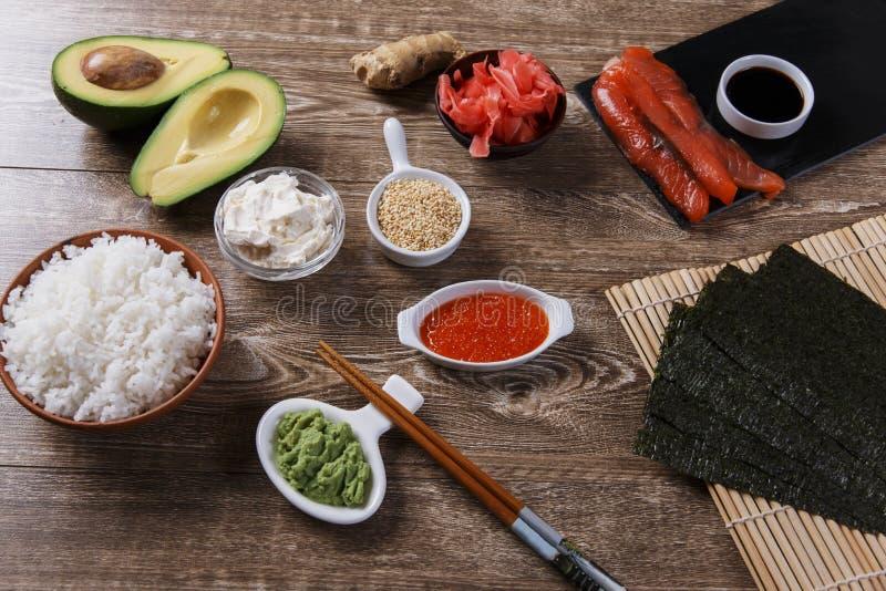 Ingredientes para o sushi em uma tabela de madeira foto de stock