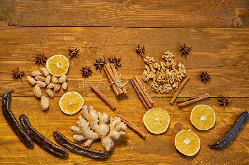 Ingredientes para o vinho ferventado com especiarias: os frutos secados, laranja, alfarroba, gengibre, varas da canela, anis star imagens de stock royalty free
