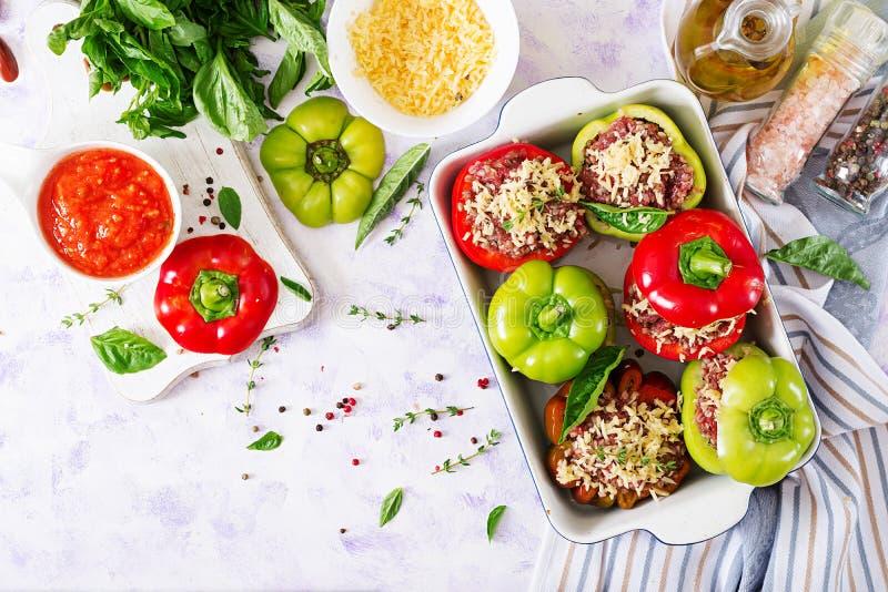 Ingredientes para a preparação da pimenta enchida com papa de aveia triturado da carne e do trigo mourisco fotos de stock royalty free