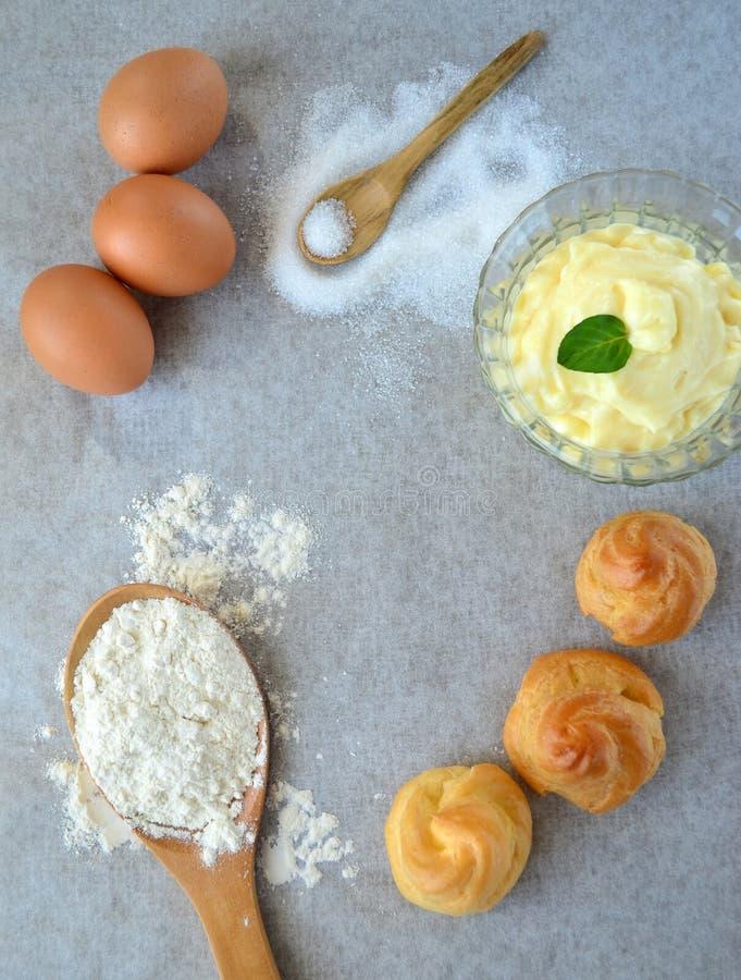 Ingredientes para a preparação dos choux pastelaria e creme fotografia de stock royalty free