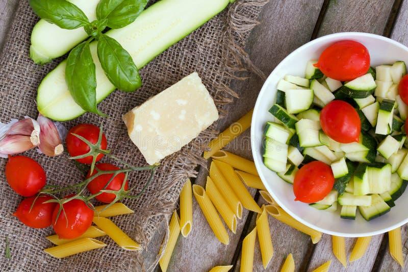 Ingredientes para preparar el plato italiano de las pastas Visión superior fotos de archivo libres de regalías