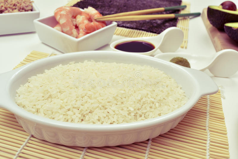 Ingredientes para preparar o sushi imagens de stock
