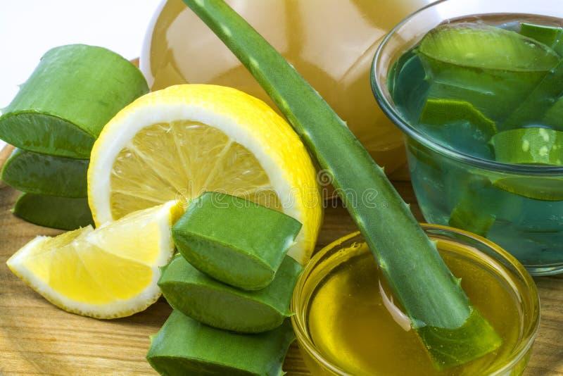 Ingredientes para termas: aloés vera, suco de laranja, limão e mel imagem de stock royalty free