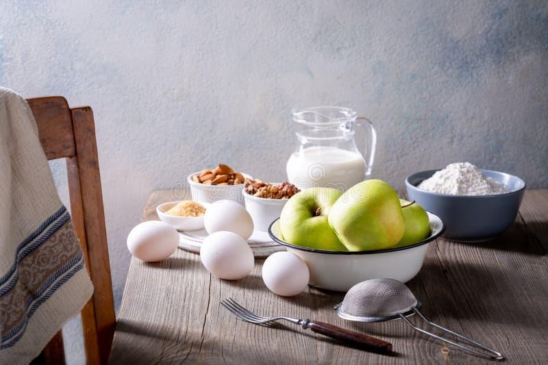 Ingredientes para torta de maçã A receita de uma torta americana com maçãs fotografia de stock royalty free