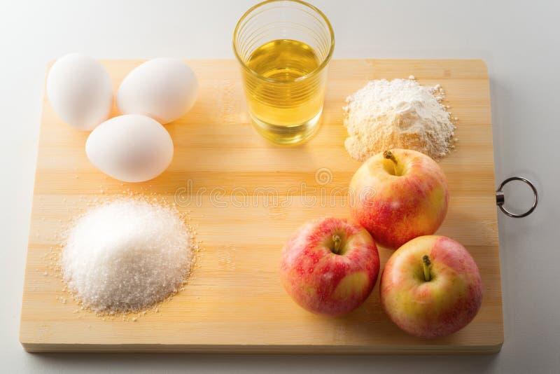 Ingredientes para a torta ou o bolo de cozimento de maçã Preparação para Cristo imagens de stock