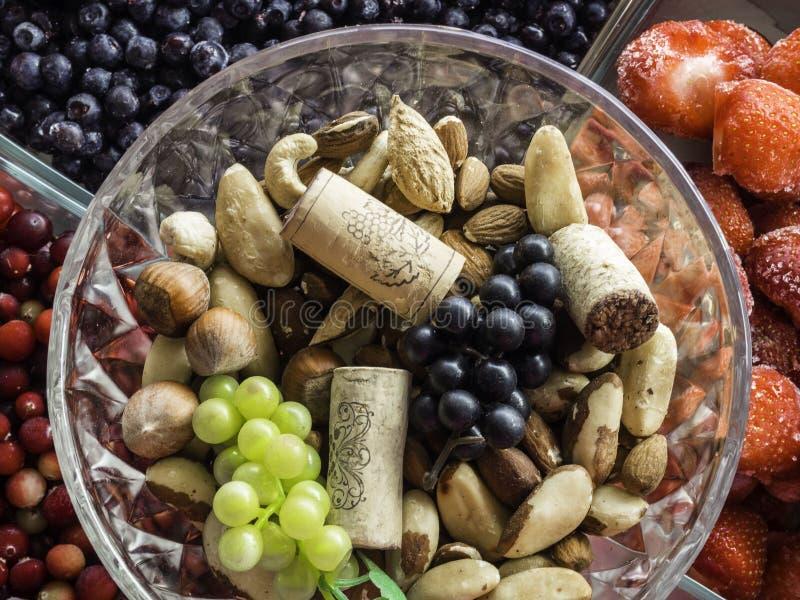 Ingredientes para un desayuno sano, nueces, bayas, frutas, comida para el corazón, rica con el resveratrol, vitamina, opinión sup imágenes de archivo libres de regalías