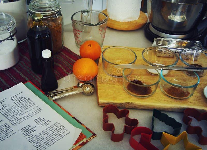 Ingredientes preparados para fazer cookies do Natal do feriado imagem de stock