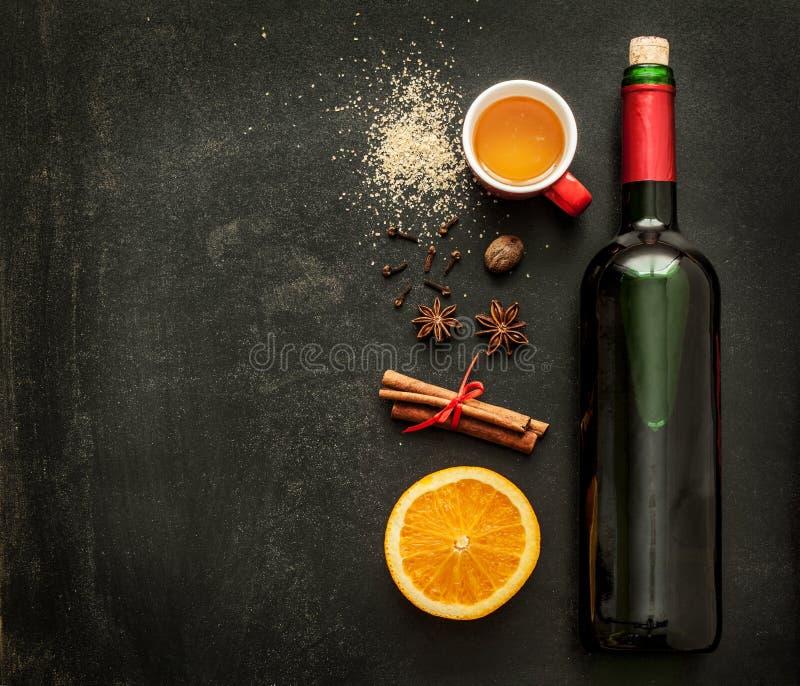 Ingredientes reflexionados sobre de la receta del vino en la pizarra - bebida que se calienta del invierno fotos de archivo libres de regalías
