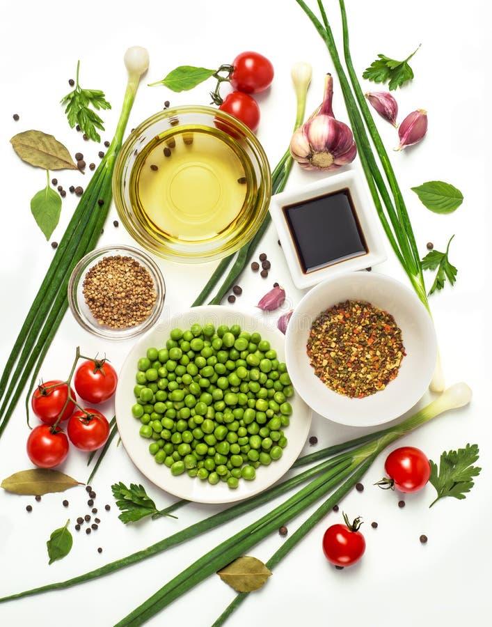 Ingredientes saborosos frescos para cozinhar o cozimento saudável ou a salada, vista superior, bandeira Dieta ou conceito do alim imagens de stock