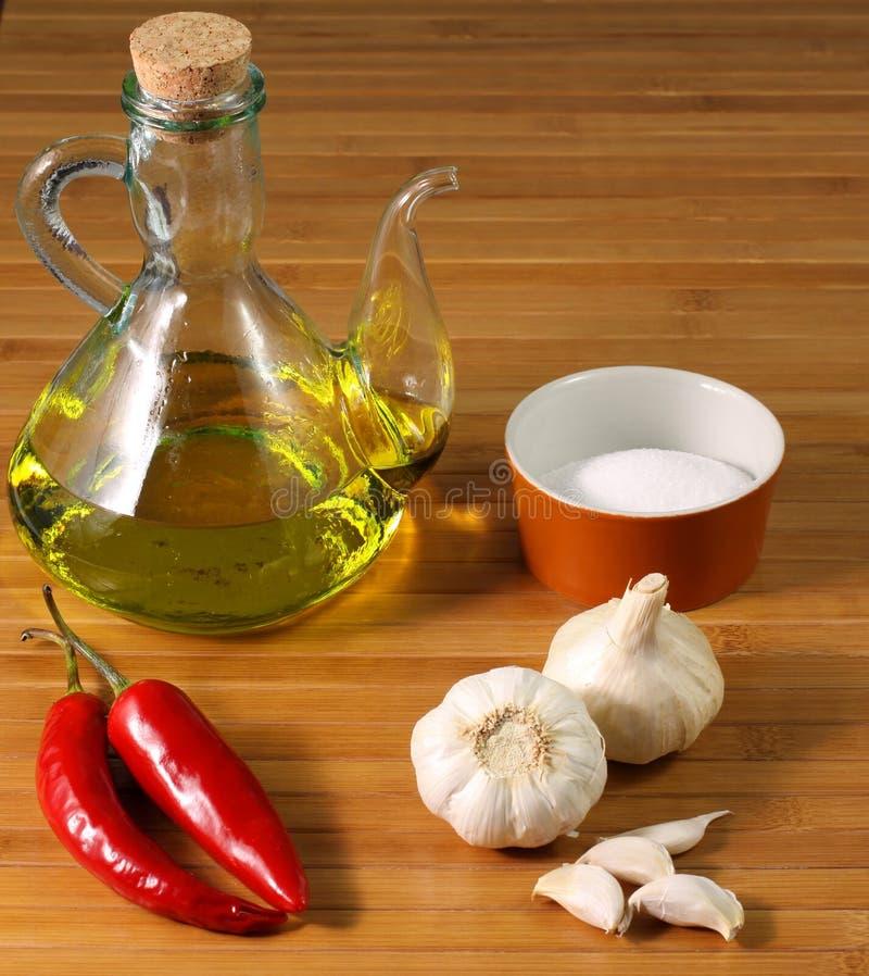 Ingredientes: Sal, petróleo, alho e pimentões fotografia de stock royalty free