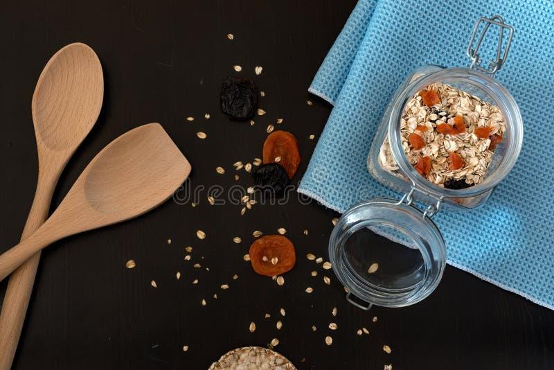 Ingredientes sanos del desayuno Granola hecho en casa en tarro de cristal abierto Endecha del plano de la visi?n superior fotos de archivo libres de regalías