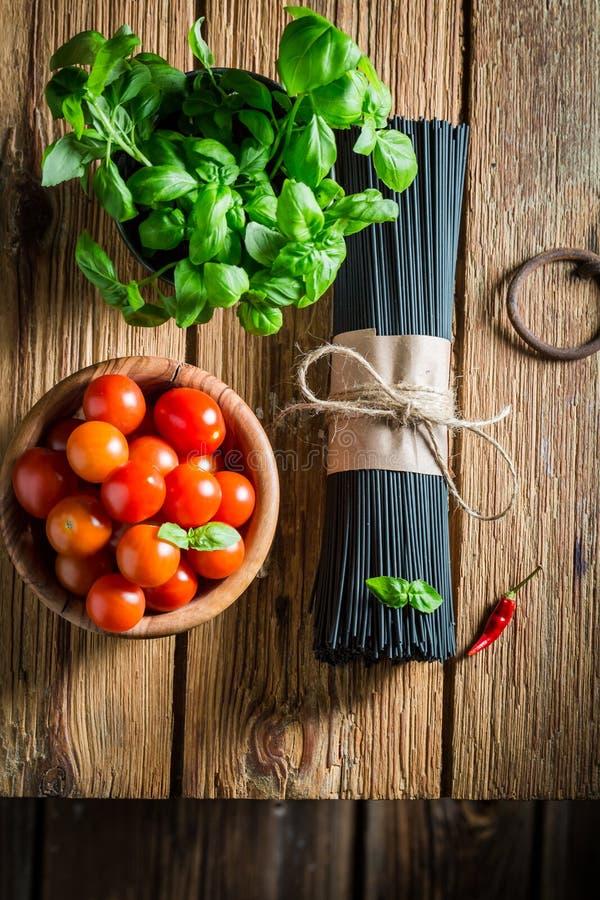 Ingredientes sanos para los espaguetis con albahaca y tomates fotos de archivo libres de regalías