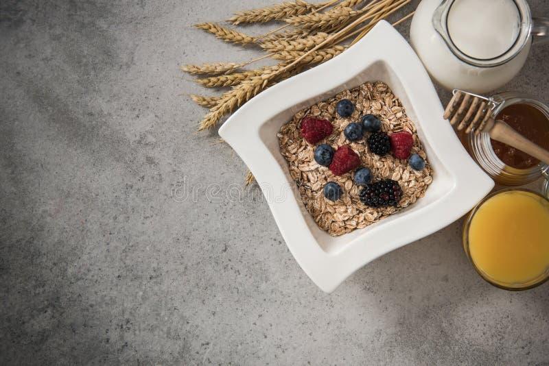Ingredientes sanos perfectos del desayuno en la pizarra de piedra fotografía de archivo libre de regalías