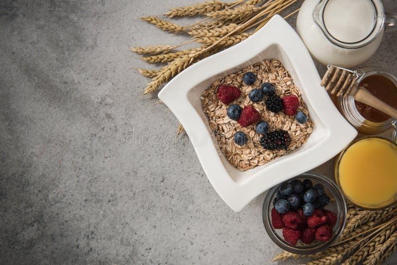 Ingredientes sanos perfectos del desayuno en la pizarra de piedra foto de archivo