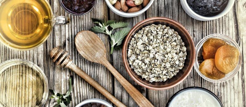 Ingredientes saudáveis do café da manhã para o muesli ou o granola em umas bacias multi-coloridas Vista superior imagens de stock royalty free