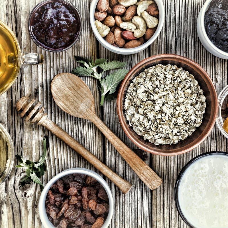 Ingredientes saudáveis do café da manhã para o muesli ou o granola em umas bacias multi-coloridas Vista superior fotos de stock royalty free
