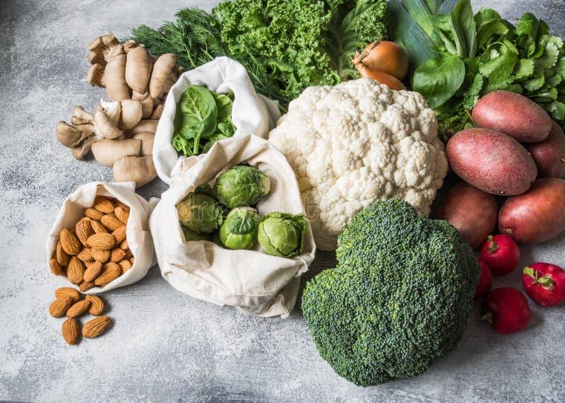 Ingredientes saudáveis do vegetariano para cozinhar Vários vegetais e ervas limpos no fundo de mármore Produtos do mercado sem imagens de stock
