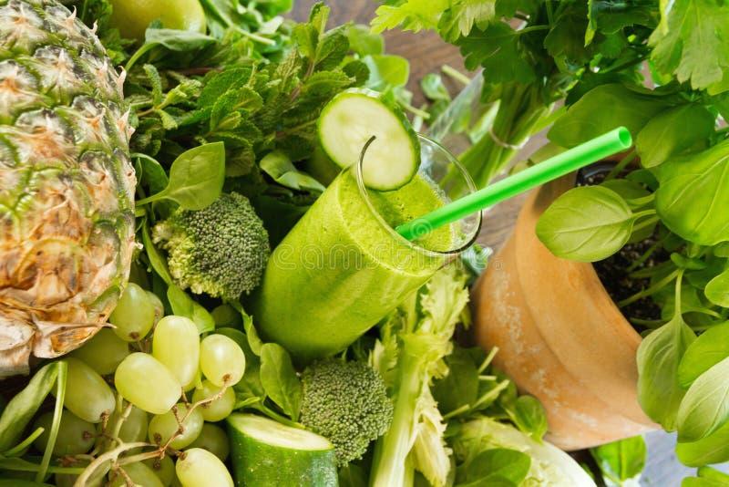 Ingredientes saudáveis para uma bebida verde do batido imagem de stock