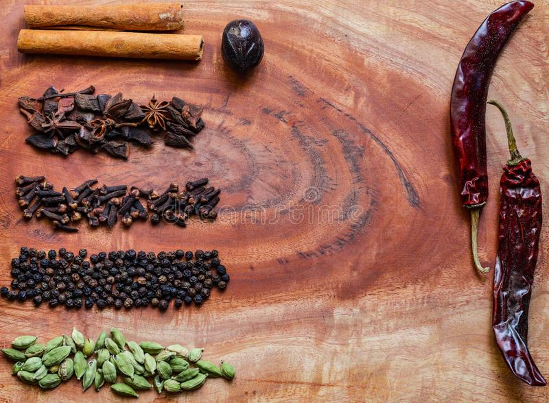 Ingredientes típicos para los granos de pimienta del garam de un negro del masala, el macis, el canela, los clavos, los chiles ro imagen de archivo