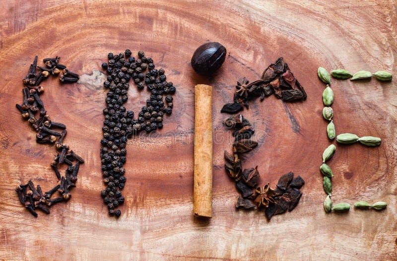 Ingredientes t?picos para los granos de pimienta del garam de un negro del masala, el macis, el canela, los clavos, los chiles ro foto de archivo libre de regalías