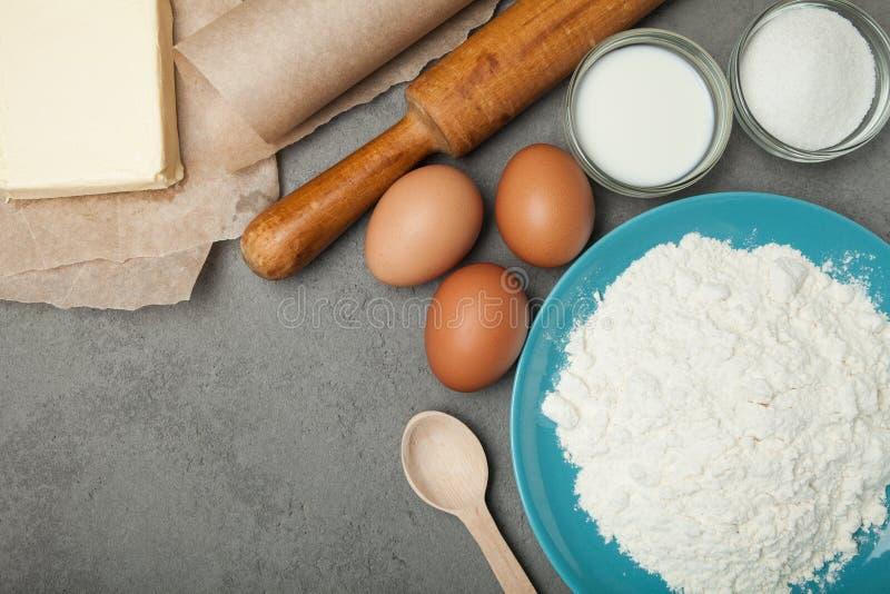 Ingredientes tradicionales para cocinar las tortas hechas en casa Harina, huevos, mantequilla, azúcar y leche imágenes de archivo libres de regalías