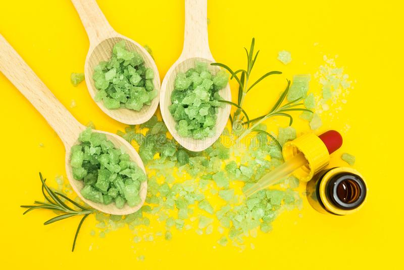 Ingredientes vegetais para cuidados com a pele em um fundo amarelo foto de stock royalty free