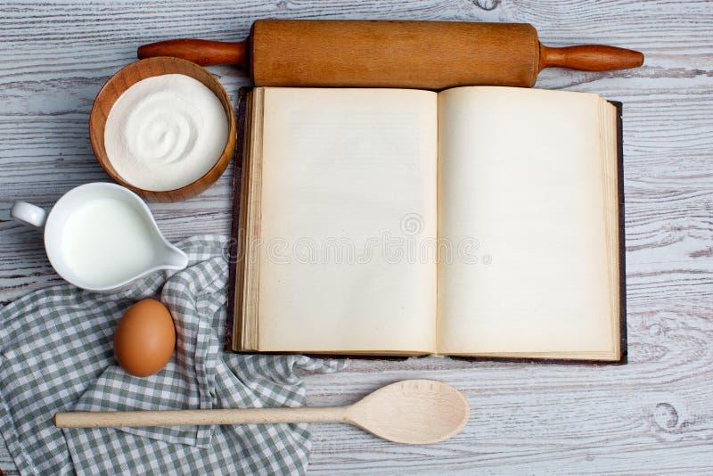 Ingredientes y herramientas de la cocina con el blan viejo imagenes de archivo