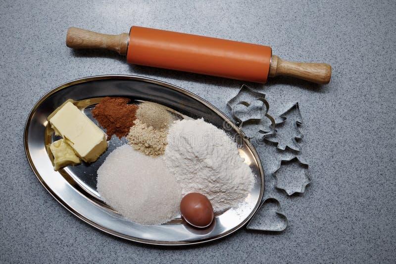 Ingredientes y moldes para las tortas del pan de jengibre que cuecen fotos de archivo libres de regalías