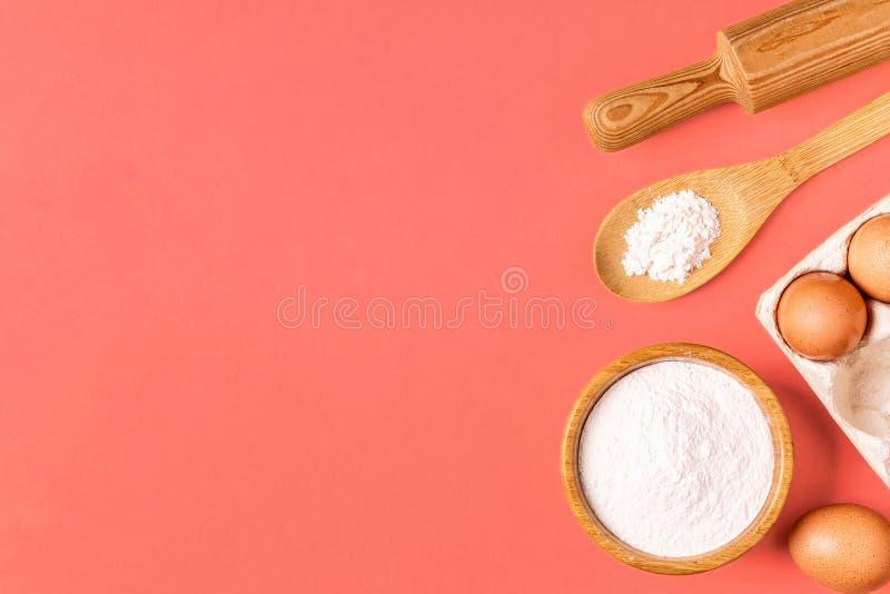Ingredientes y utensilios para cocer en un fondo en colores pastel fotos de archivo