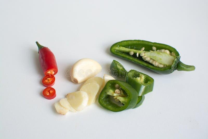 Ingredienti caldi per la cottura - peperoncini rossi del birdseye, aglio, jalapeno fotografia stock