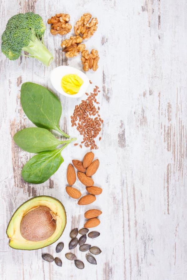 Ingredienti che contengono Omega 3 acidi, grassi insaturi e fibra, spazio della copia per testo sul bordo rustico fotografie stock