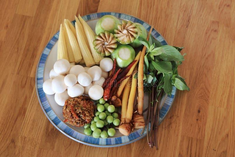 Ingredienti crudi con molti generi di erbe per il curry caldo e piccante del vegano o il curry della giungla Ricetta sana tailand immagini stock