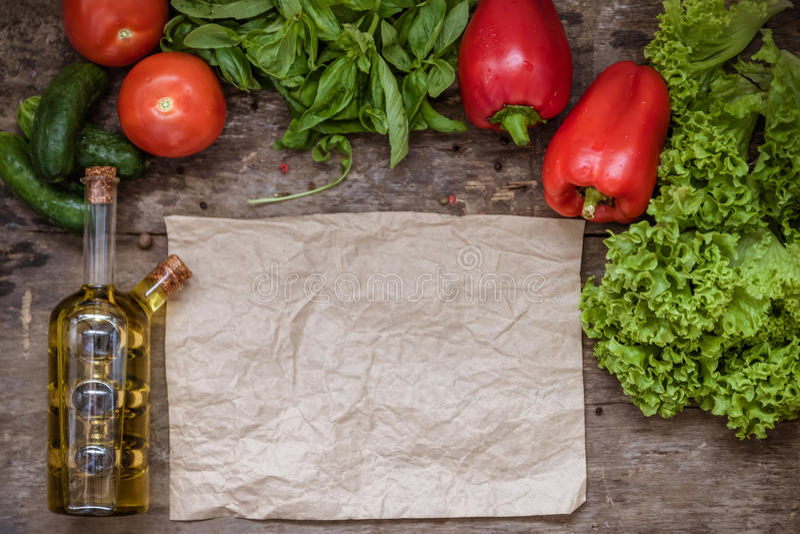 Ingredienti crudi di insalata, pomodoro, cetriolo, pepe, olio d'oliva sopra fotografia stock libera da diritti
