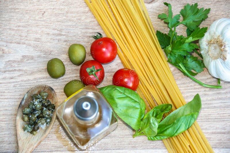 ingredienti crudi per gli spaghetti italiani immagine stock