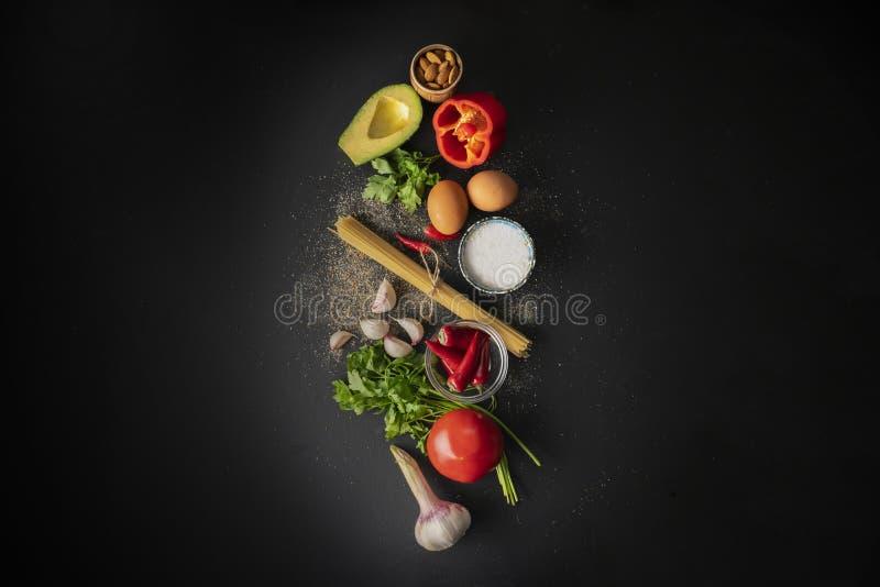 ingredienti crudi per la cottura del marinara degli spaghetti con gli spazi piani di disposizione e della copia degli uova affoga fotografia stock