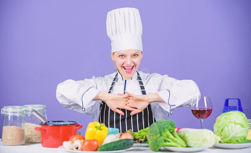Ingredienti degli ortaggi freschi per la cottura del pasto Lascia la cottura di inizio Cuoco unico della donna che cucina aliment immagine stock