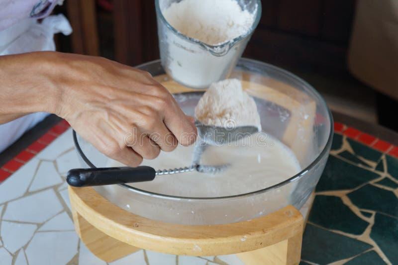 Ingredienti dei pancake sul bordo di legno immagine stock