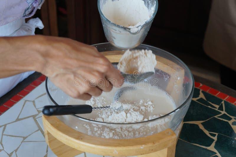 Ingredienti dei pancake sul bordo di legno fotografia stock libera da diritti