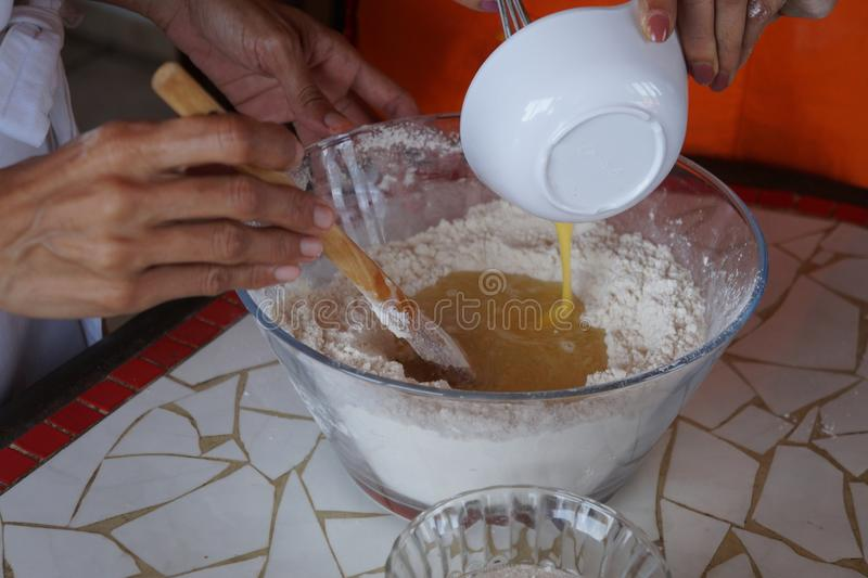 Ingredienti dei pancake sul bordo di legno fotografie stock libere da diritti