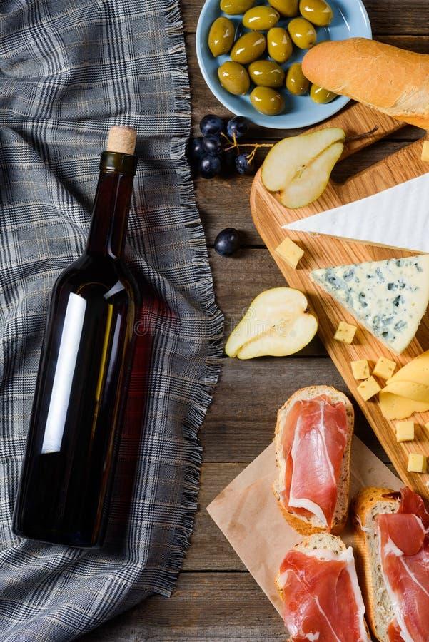 Ingredienti del pasto e del vino rosso fotografia stock