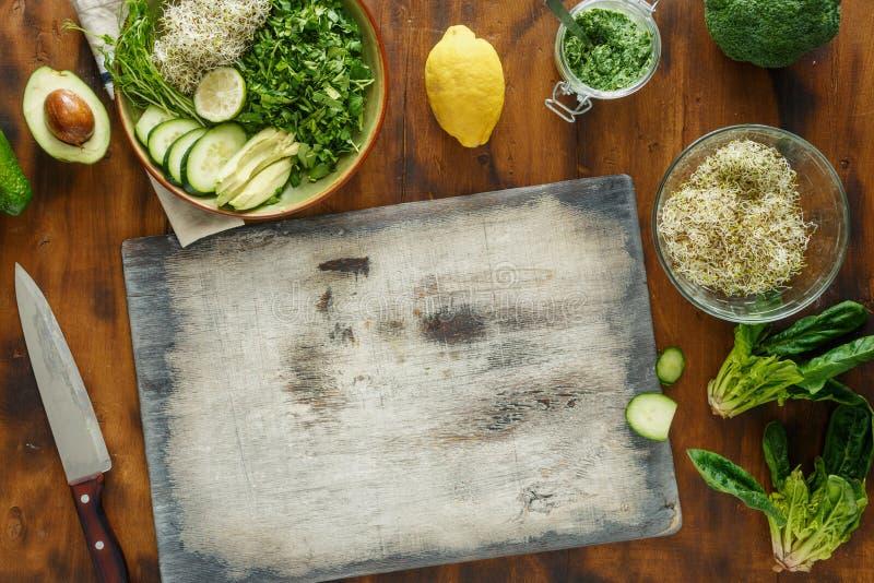 Ingredienti del tagliere che cucinano l'insalata della disintossicazione sul BAC di legno scuro fotografia stock libera da diritti
