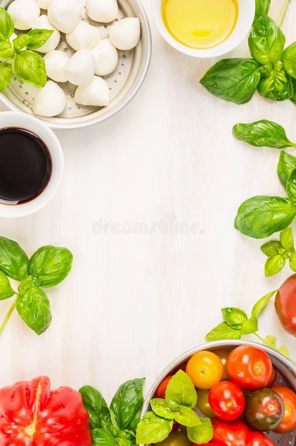 Ingredienti dell'insalata di Caprese su fondo di legno bianco, vista superiore, posto per testo fotografie stock libere da diritti