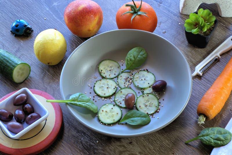 Ingredienti della preparazione dell'insalata della verdura e della frutta immagini stock libere da diritti
