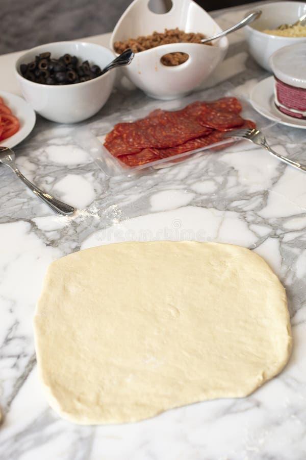 Ingredienti della preparazione per un partito casalingo della pizza fotografia stock