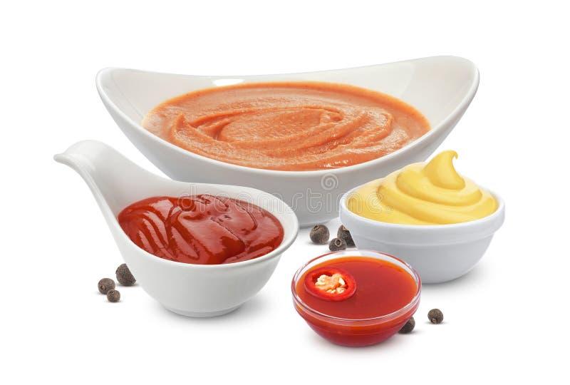 Ingredienti della salsa di cocktail isolati su fondo bianco Maionese, ketchup e peperoncino fotografie stock libere da diritti
