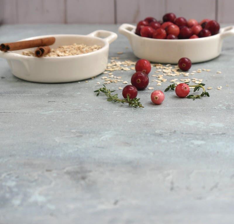 Ingredienti della torta del mirtillo rosso con lo spazio della copia immagini stock
