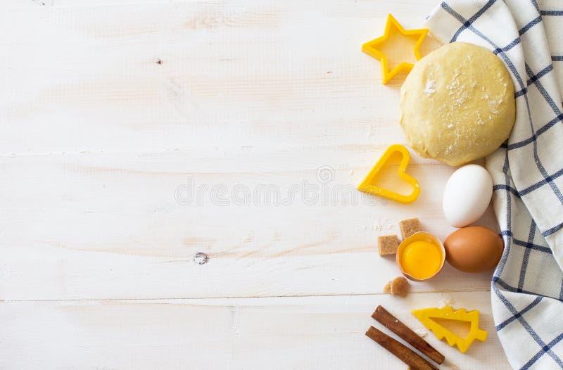 Ingredienti di base di cottura su fondo di legno bianco immagini stock libere da diritti