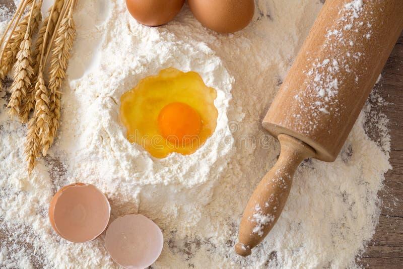 Ingredienti di base per cuocere - uova, pasta, farina e rotolamento-pi immagini stock