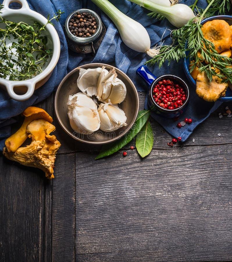 Ingredienti di cottura stagionali di autunno con le verdure, i verdi ed i funghi del raccolto su fondo di legno rustico scuro fotografia stock