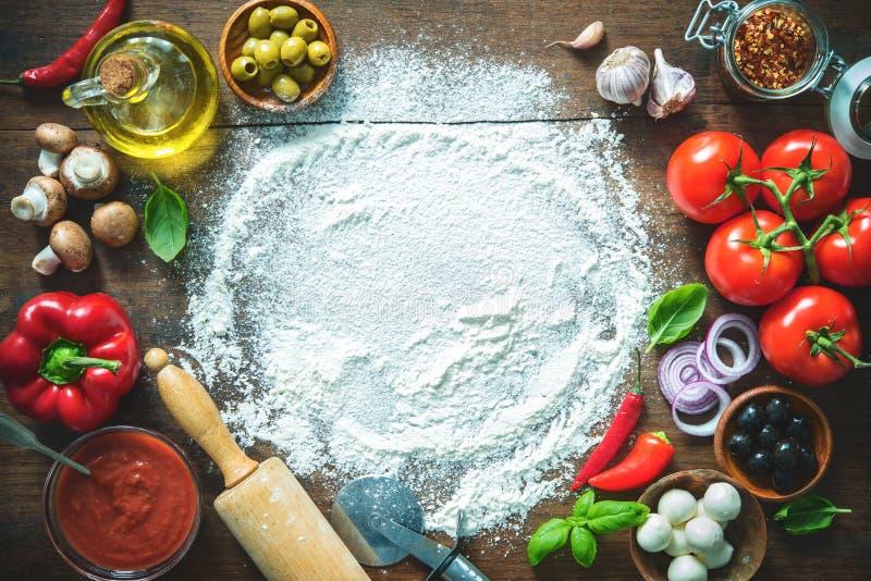 Ingredienti e spezie per produrre pizza casalinga fotografie stock